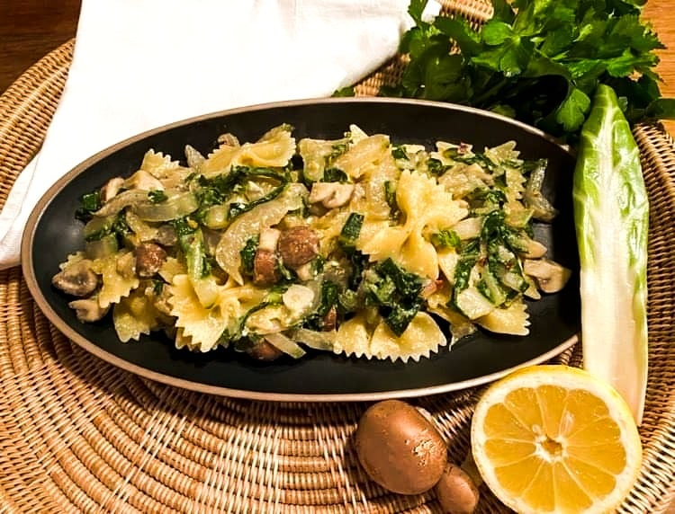 Opskrift: Pasta med sølvbede, champignon og citronsovs
