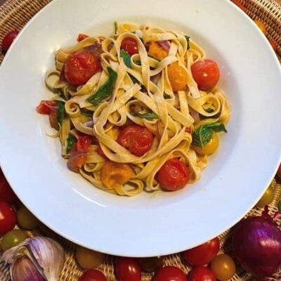 Pasta-med-tomater-og-basilikum