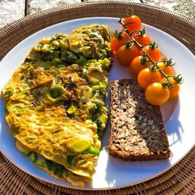 Slankeomelet-med-aeggehvider-karry-og-groent