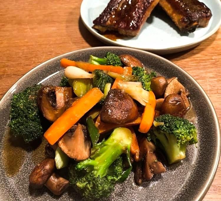 Opskrift: Filippinsk lynstegt broccoli og svampe i østerssovs