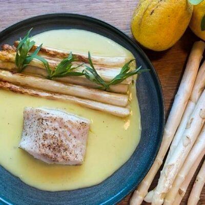 Stegte-hvide-asparges-med-torsk-og-citronsovs
