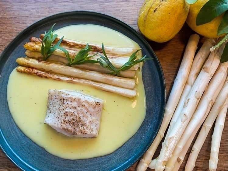 Opskrift: Stegte hvide asparges med torsk og citronsovs