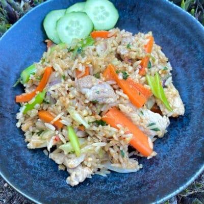 Stegte ris med svinekød