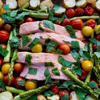 Laks-nye-kartofler-asparges-og-tomater-i-ovn