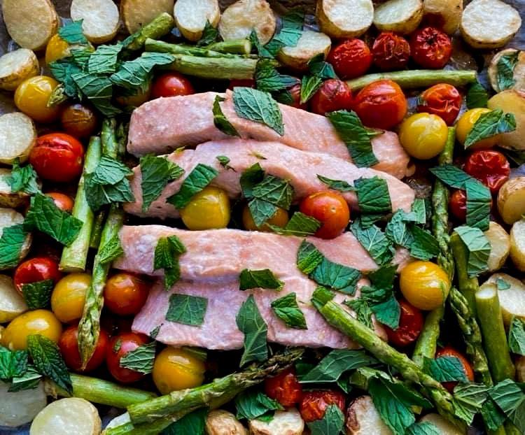 Opskrift: Laks, nye kartofler, asparges og tomater i ovn
