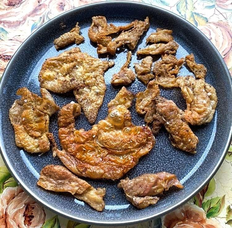 Opskrift: Stegt kyllingeskind som flæskesvær – i ovn og på pande