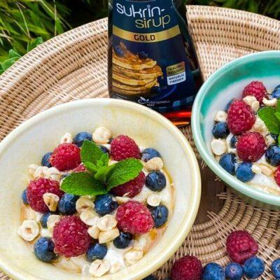 Vaniljeyoghurt-med-baer-og-sukrinsirup