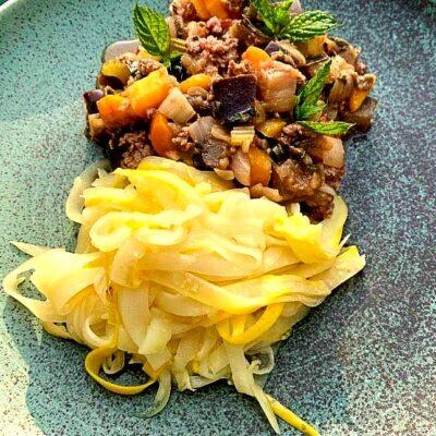Squash-pasta-zucchini-noodles-med-aubergine-bolognese