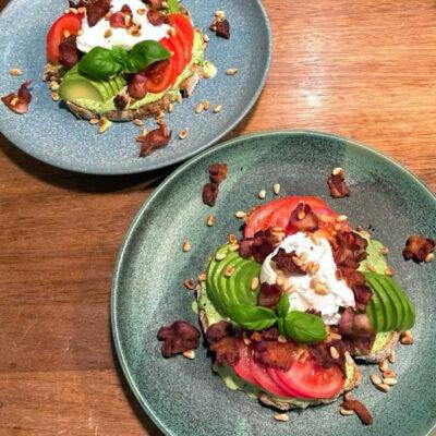 avocado-toast med pocheret æg & bacon