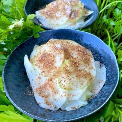 Lakridssalat med glaskål og æble